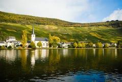 Petit village le long de la Moselle photographie stock