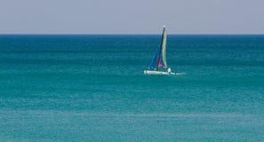 Petit voilier à la mer d'Andaman photos libres de droits