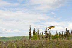 Petit vol plat au-dessus de l'Alaska Photographie stock libre de droits