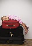 Petit voyageur prêt pour l'amusement image stock
