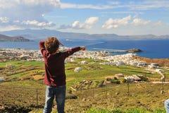 Petit voyageur se tenant au dessus sur Naxos Images libres de droits