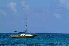 Petit yacht ancré près du rivage Image libre de droits