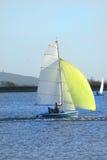 Petit yacht jaune image libre de droits