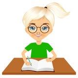 Petite écriture caucasienne mignonne de fille d'étudiant Photos stock