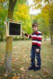 Petite écriture heureuse de garçon sur le tableau noir Photos stock