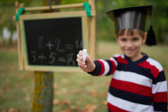 Petite écriture heureuse de garçon sur le tableau noir Images libres de droits