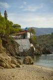 Petite église au bord de la mer dans Lesvos Grèce Photographie stock