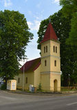 Petite église dans le village Cerveny Klastor Photos libres de droits