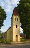 Petite église dans le village Cerveny Klastor Photographie stock