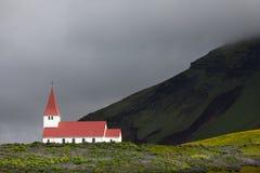 Petite église dans les montagnes de l'Islande Photographie stock libre de droits