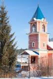 Petite église en bois avec une tour de cloche Photographie stock libre de droits