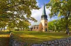 Petite église suédoise idyllique Photos stock