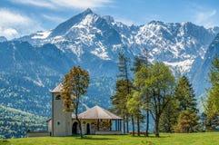 Petite église sur le fond des Alpes image libre de droits