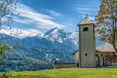 Petite église sur le fond des Alpes photo libre de droits