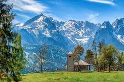 Petite église sur le fond des Alpes photos libres de droits