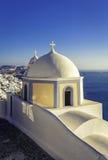 Petite église traditionnelle dans Thira, île de Santorini Images stock