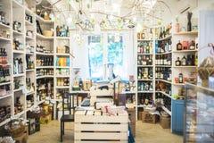 Petite épicerie avec les produits locaux image libre de droits