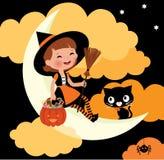 Petite équitation de sorcière sur la lune la nuit de Halloween Image libre de droits