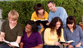 Petite étude de bible de groupe Petit groupe multiculturel Images libres de droits