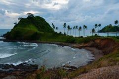 Petite île avec des palmiers et petit abandonnés Photographie stock