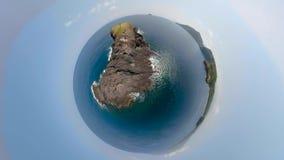 Petite île dans l'océan banque de vidéos