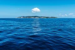Petite île en mer ionienne images libres de droits