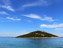 Petite île inhabitée en mer Photo stock