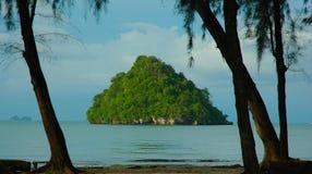 Petite île outre d'ao Nang, Krabi, Thaïlande Photographie stock libre de droits