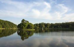 Petite île parmi l'étang Images stock