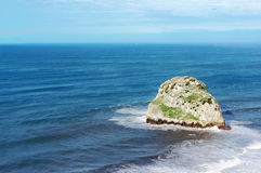 Petite île rocheuse appelée Aketxe à Bermeo Photographie stock
