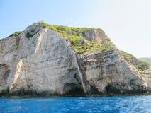 Petite île rocheuse par la mer Photos libres de droits