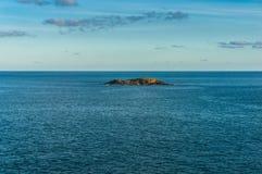 Petite île solitaire dans l'océan Photographie stock