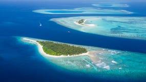 Petite île tropicale dans l'atoll des Maldives photographie stock