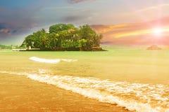 Petite île tropicale de l'Océan Indien Photo stock