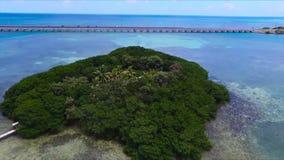 Petite île verte d'isolement isolée de palmier dans l'eau bleue profonde d'océan de turquoise dans le tir aérien étonnant de pays clips vidéos