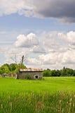Petite, abandonnée cabane dans le côté de pays photographie stock libre de droits