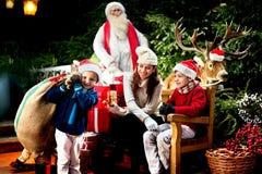 Petite aide de Santa Claus portant un sac de cadeaux Photo stock