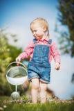 Petite aide sur l'herbe verte dans le jour d'été Photo stock