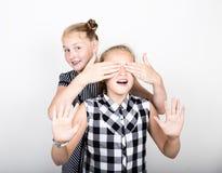 Petite amie deux mignonne exprimant différentes émotions Gosses drôles Les meilleurs amis choient et pose Photo libre de droits
