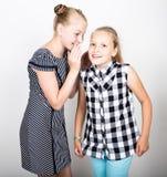 Petite amie deux mignonne exprimant différentes émotions Gosses drôles Les meilleurs amis choient et pose Photographie stock libre de droits