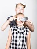 Petite amie deux mignonne mangeant les lucettes lumineuses Gosses drôles Les meilleurs amis choient et pose Image libre de droits