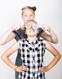 Petite amie deux mignonne mangeant les lucettes lumineuses Gosses drôles Les meilleurs amis choient et pose Photos stock