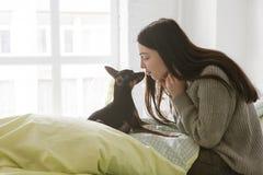 Petite amitié de chien avec l'humain Photos libres de droits