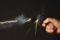Petite arme à feu étant mise le feu Image stock
