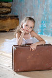 Petite ballerine adorable dans le tutu blanc avec de vieux suitcas de vintage Photographie stock libre de droits