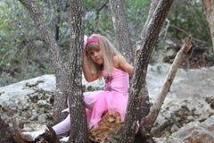 Petite ballerine féerique perdue dans une forêt Images libres de droits