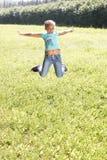 Petite ballerine rebondissement Herbe verte juteuse photo stock