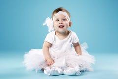 Petite ballerine sur le fond bleu Image stock