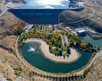 Petite base d'automne de parc et de fontaine de barrage hydro-électrique dans Idah Image libre de droits