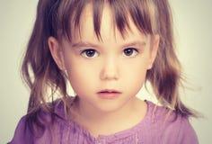Petite belle fille avec les yeux tristes Image stock